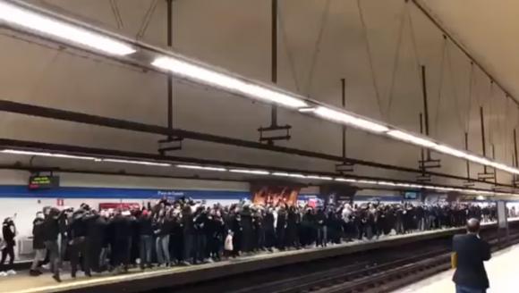 Fans del PSG en la estación del tren