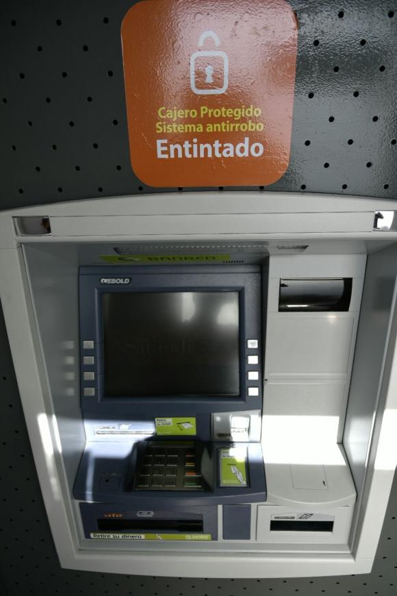 Varios cajeros en Montevideo ya alertan la nueva medida de seguridad. Foto: Fernando Ponzetto