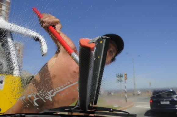 Para la IMM no tiene sentido prohibir trabajo de limpiavidrios si no se puede fiscalizar. Foto: Archivo El País