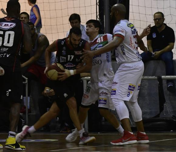 Incidencia. González intenta penetrar ante Álvarez. Foto: Fernando Ponzetto
