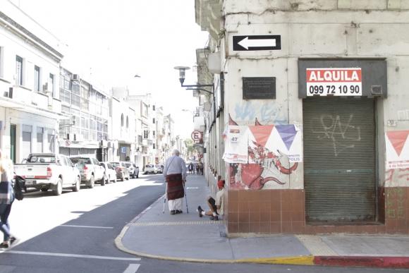 Las calles de Ciudad Vieja, especialmente las de El Bajo, están llenas de inmigrantes dominicanos, cubanos y venezolanos. Foto: Gabriel Rodríguez