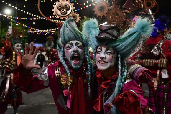 Las bombitas coloridas entrecruzaron la Avenida 18 de Julio durante el desfile inaugural de Carnaval. Foto: M. Bonjour