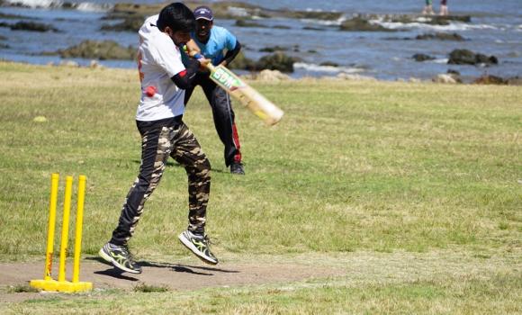 Bateador. A diferencia del béisbol, el bate del cricket es aplanado. Está hecho de madera y mide 96 centímetros. Foto: El País