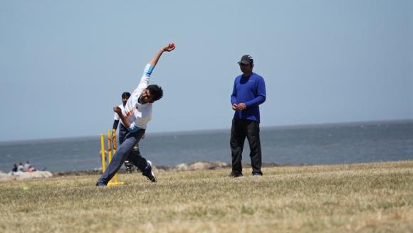 La pelota es maciza y similar a la de tenis y el lanzador intenta darle al wicket (los tres palos verticales). Foto: El País