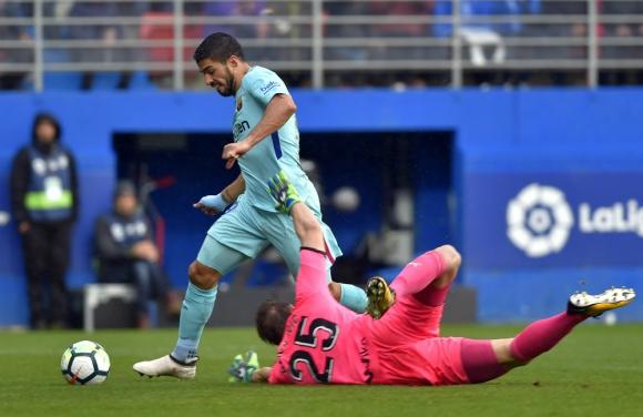 Luis Suárez se apronta para convertir el gol ante Eibar