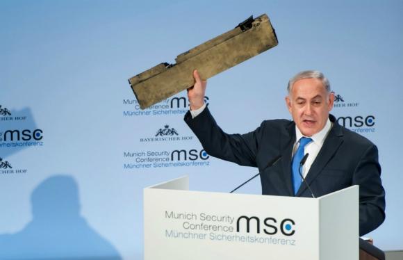 El primer ministro muestra los restos de un dron de Irán. Foto: AFP
