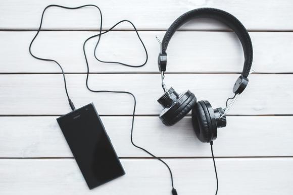 Música con auriculares. Foto: Pixabay