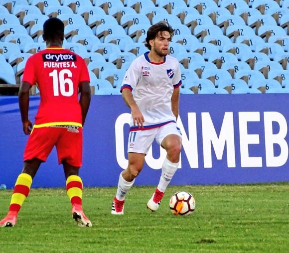 En acción. Guillermo May intenta avanzar contra Sport Huancayo.