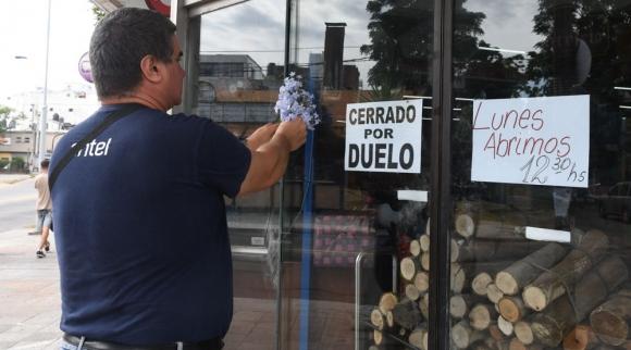 El local donde trabajaba la joven madre de un niño de ocho años permaneció cerrado por duelo ayer. Foto: F. Flores