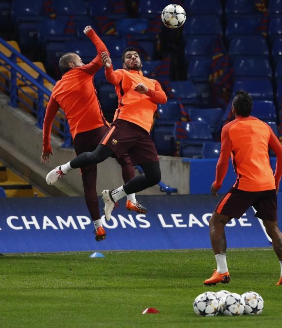 Luis Suárez en el reconocimiento del Stamford Bridge de Barcelona previo al duelo de Champions. Foto: AFP