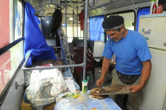 Colono Gabriel Arrieta en el ómnibus donde vive. Foto: Ariel Colmegna.