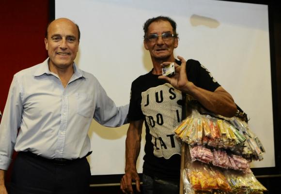 Martínez entregó tarjetas a vendedores ambulantes y artistas. Foto: D. Borrelli