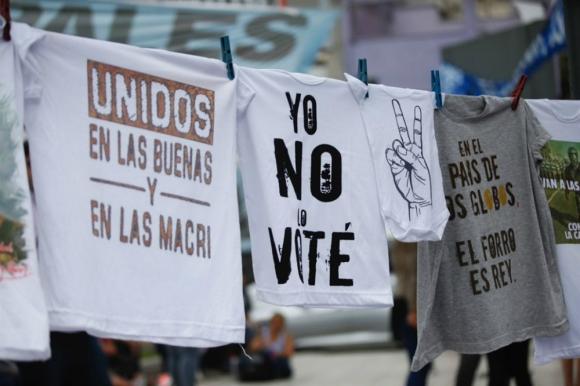Remeras a la venta en la manifestación de Moyano. Foto: La Nación.