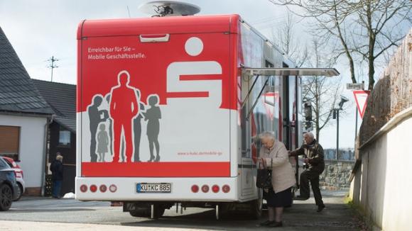 Recibe a los clientes en su pequeño despacho de 7 m2, situado en la parte trasera del camión. Foto: AFP