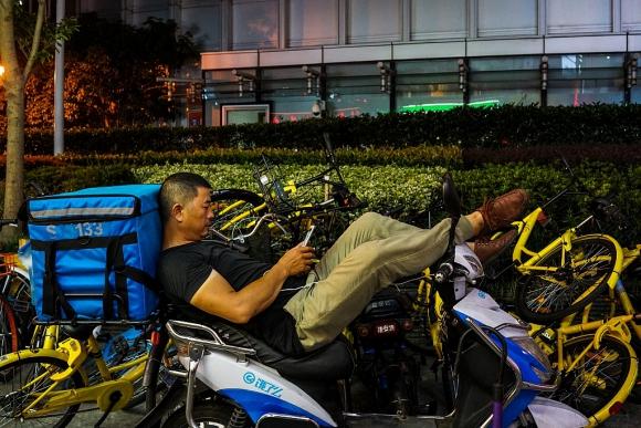 Repartidores. Por los miles de accidentes de los deliverys, las ciudades han endurecido las reglas de tráfico. (Foto: AFP)