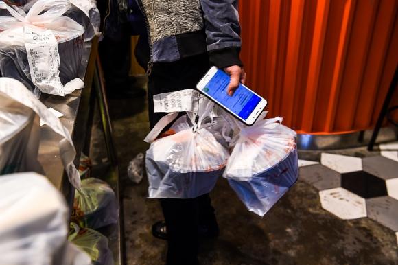 """Cambio de perfil. Este servicio ha hecho que muchos restaurantes se han convertido en """"simples centros de producción"""". (Foto: AFP)"""