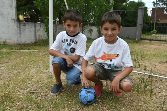 Martín y Felipe Benites comparten la pasión por el fútbol. Foto: Ariel Colmegna