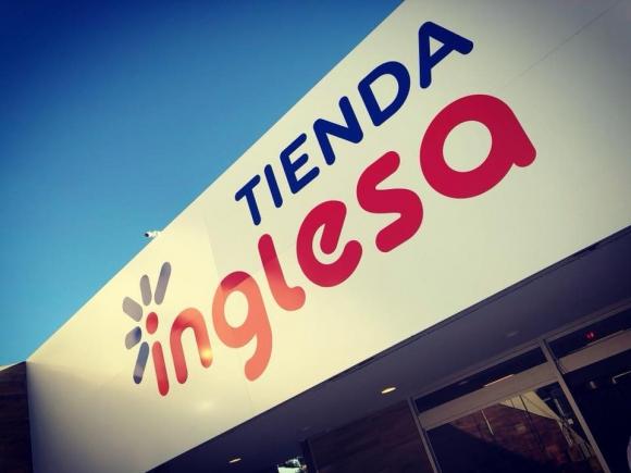Marquesina. El cambio en el logo de Tienda Inglesa se visualiza en la cartelería de su sucursal de La Barra.