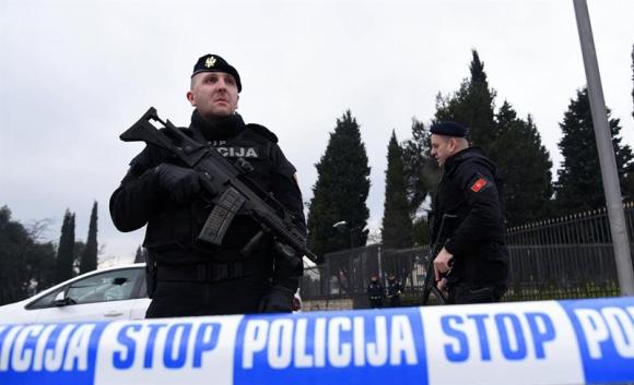 Policías montan un cordón de seguridad alrededor de la Embajada. Foto: EFE