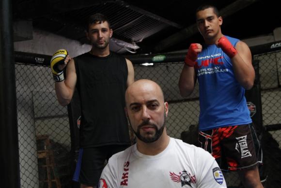 Christian Pérez (campeón uruguayo amateur), Alexis Correa (campeón uruguayo profesional) y el entrenador es Fernando Degregorio.Foto: Gabriel Rodríguez
