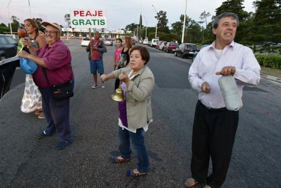 Los residentes permanentes de la zona se hicieron sentir con campanas y carteles. Foto: Fernando Ponzetto