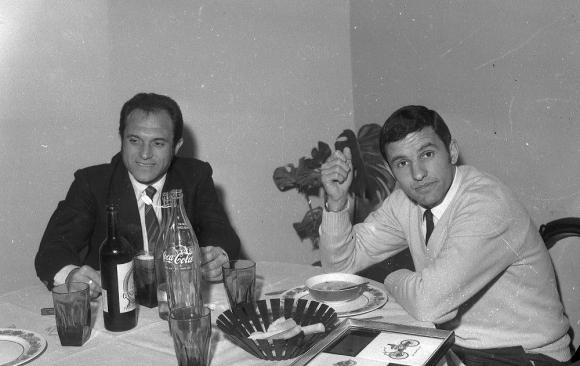 Los argentinos Ermindo Onega y Luis Artime comparten una cena: jugaron juntos en River y la selección albiceleste. Foto: Archivo El País