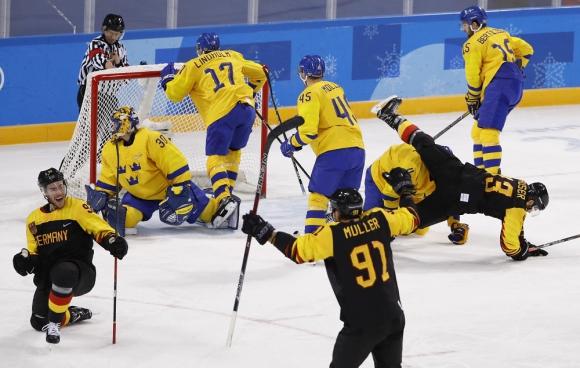 Punto. Alemania acaba de convertir ante Suecia y lo celebra. Foto: Reuters