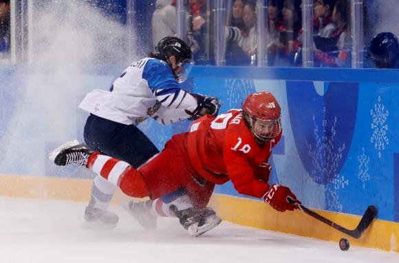 Damas. Los trajes no permiten verlo, pero son dos chicas, en el partido Finlandia-Rusia. Foto: Reuters