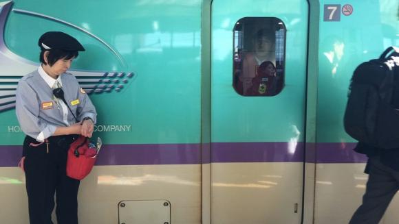 Tren bala. El Shinkansen está 12 minutos en plataforma: tres para que bajen, siete para limpiarlo, y dos para subir. Foto: Paula Barquet
