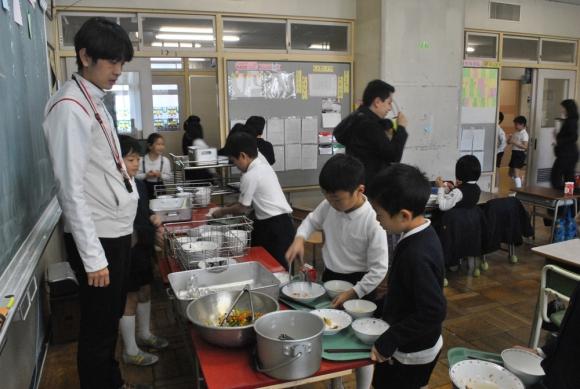 Hábitos. En las escuelas japonesas se enseñan las tareas del hogar y se practican. Los niños cocinan, limpian y ordenan. Foto: Paula Barquet