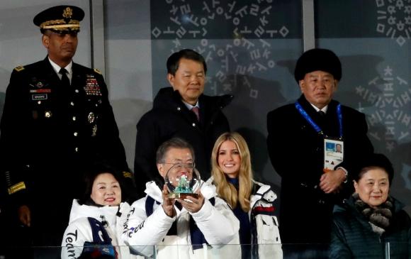 El presidente surcoreano, Ivanka Trump y atrás, de gorro, el general norcoreano. Foto: Reuters