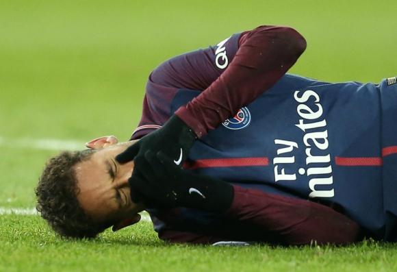 Neymar tendido en el césped y demostrando el intenso dolor que sufría