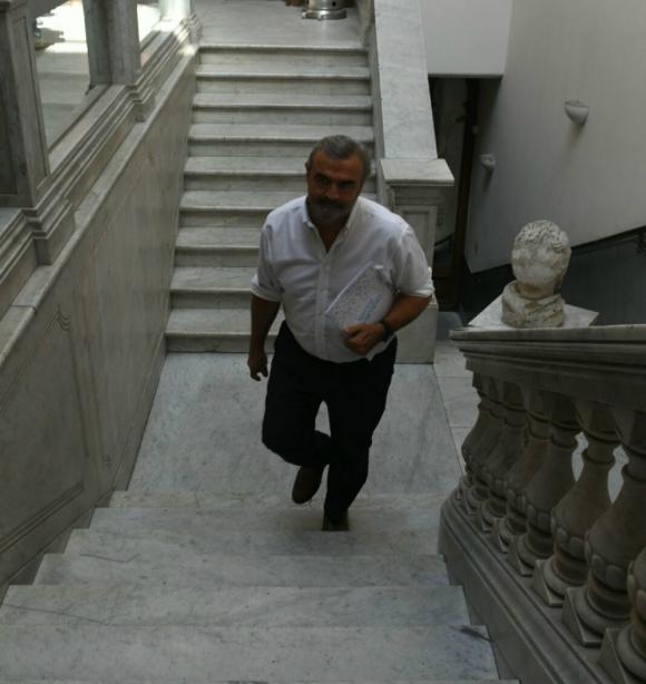 Jorge Larrañaga sube las escaleras del directorio del Partido Nacional. Foto: Ariel Colmegna.