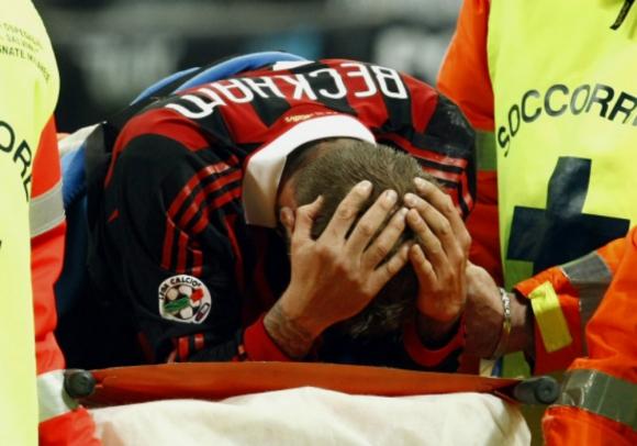 La lesión de David Beckham jugando por el Milan