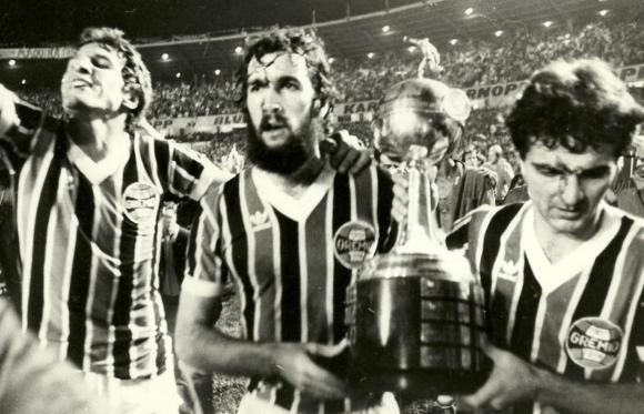 Hugo de León con la camiseta de Gremio levantando la Copa Libertadores