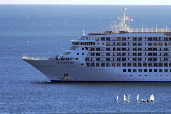 """El crucero """"The Word"""" anclado en la bahía Maldonado. Foto: Ricardo Figueredo"""