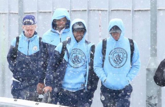 Los futbolistas del Manchester City soportando la intensa nevada