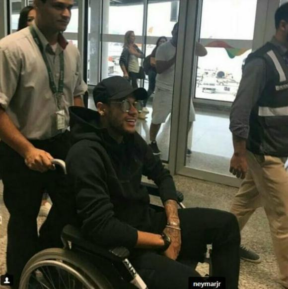 Neymar será operado por una fractura en el pie derecho