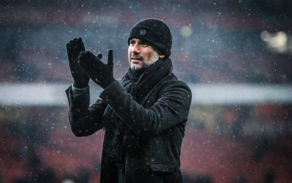 Pep Guardiola aplaudiendo a sus jugadores por un nuevo triunfo ante el Arsenal