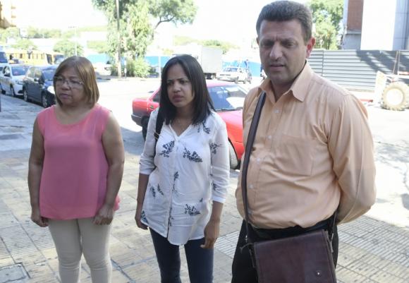 La esposa, la hija y el yerno de José Sánchez esperan el diagnóstico final. Foto: D. Borrelli