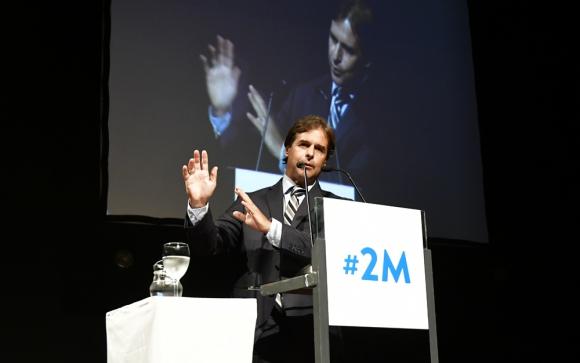 Lacalle Pou se presentó detrás de un atril para dar cuenta de sus iniciativas, algunas pertenecen a otros partidos pero él las apoya. Foto: F. Ponzetto