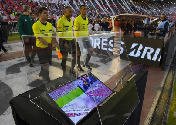 Videoarbitraje en El Monumental por el partido de Copa Libertadores. Foto: AFP