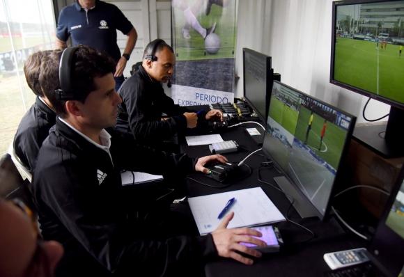 Andrés Cunha en la cabina de los árbitros del VAR, el videoarbitraje. Foto: AFP