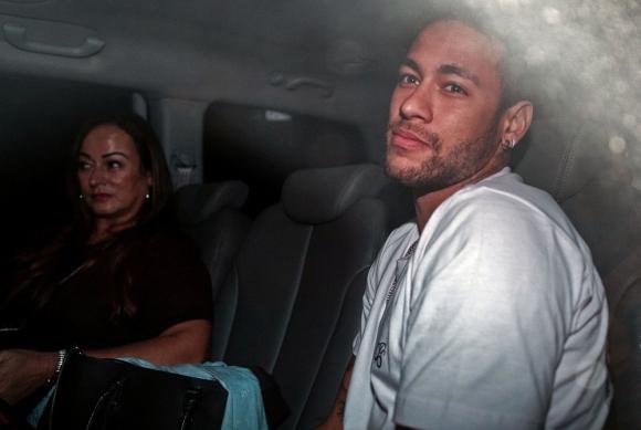 Neymar en el auto que lo trasladó en Brasil junto a su madre. Foto: AFP