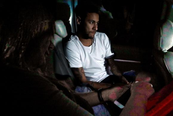 Neymar en el auto que lo trasportó en Brasil. Foto: Reuters