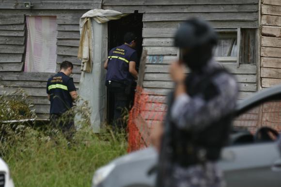 """Operativo policial para detener a Christian """"Kiki"""" Pastorino en el asentamiento El Monarca. Foto: Fernando Ponzetto."""