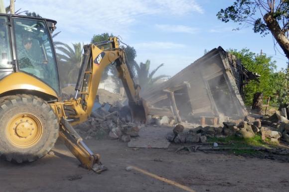 Escombros. Con maquinaria pesada, la Intendencia de Maldonado tiró abajo un galpón que estaba deshabitado. Foto: Ricardo Figueredo.