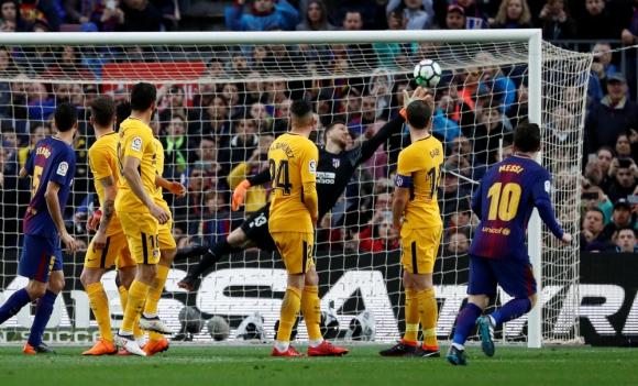 El zurdazo de Messi terminó gestando otro formidable gol de tiro libre