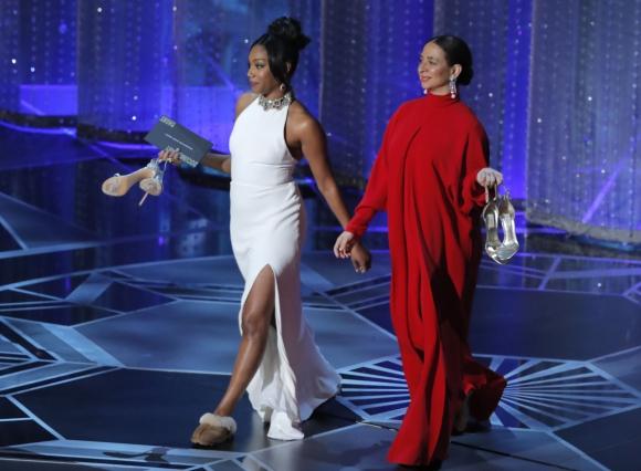 Tiffany Haddish y Maya Rudolph  se sacaron los tacos para entregar un Oscar. Foto: Reuters