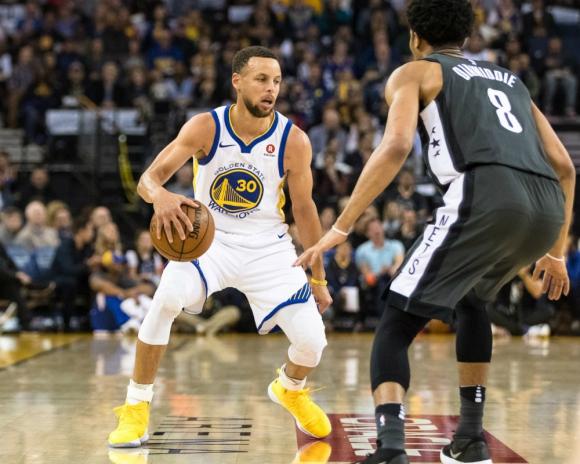 Stephen Curry lideró otra vez a los campeones de la NBA